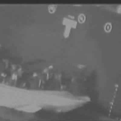 Yhdysvaltain video: Iranin armeija hakee miinan pois aluksen rungosta