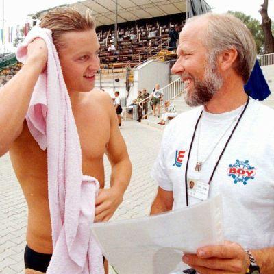 Kuvassa valmentaja Kari Ormo (oik.) Jani Sievisen kanssa Wienin EM-uinneissa elokuussa -95.