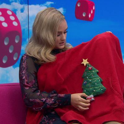 """Nelli Matula esitteli lahjaksi tekemänsä """"ruman joulupaidan"""""""