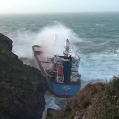 Rantakallioihin ajautuneen rahtilaivan miehistö pelastetaan Sardiniassa.