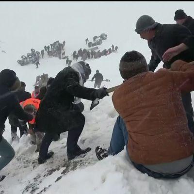 Lumivyöry hautasi kymmeniä Itä-Turkissa