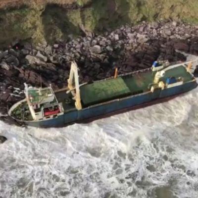 Kuukausia ajelehtinut laiva huuhtoutui myrskyssä Irlannin rannikolle