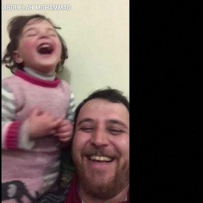 Syyrialaistyttö nauraa pommeille – isä halusi totuttaa tyttärensä sodan ääniin