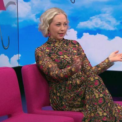 """Koomikko Krisse Salminen stand up -keikkojen yleisöstä: Miehet odottaa """"punchlinea"""", naiset kikattaa koko ajan"""