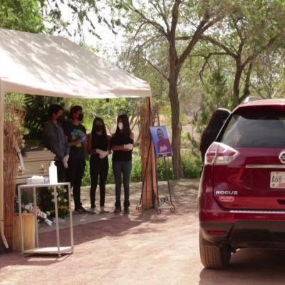 """Video: Meksikossa järjestettiin koronaviruksen takia """"autohautajaiset"""""""