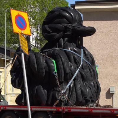Kumiankka muutti pois Tampereen Taidemuseon pihasta