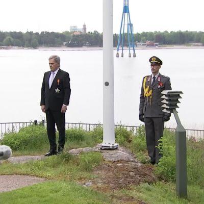 Presidentti nosti lipun salkoon Puolustusvoimain lippujuhlan päivänä – katso video Mäntyniemestä