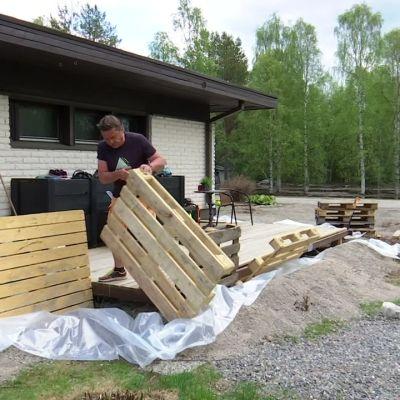 Jussi Uutela purkaa kotinsa tulvasuojauksia