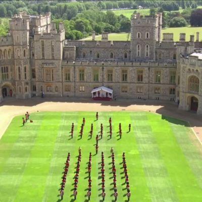 Koronapandemia typisti kuningatar Elisabetin virallisen syntymäpäivän paraatin