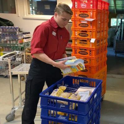 Atte Rantalainen on edennyt hyllyttäjästä tuotetilausten tekoon Hurissalon Salessa