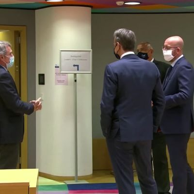EU-johtajat tervehtivät toisiaan vapaalla tyylillä