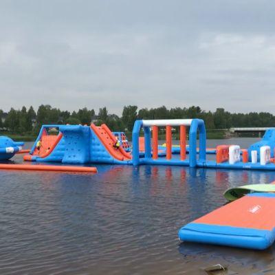 Ouluun rantautui pomppulinnaa muistuttava kelluva vesipuisto