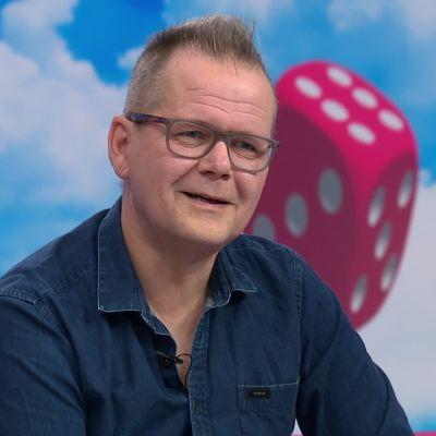 """Puoli seitsemän -ohjelmasta löytyi kirjailijan kaksoisolento – Hotakainen: """"Mä maksan sulle, että saat mennä esiintymään minuna"""""""