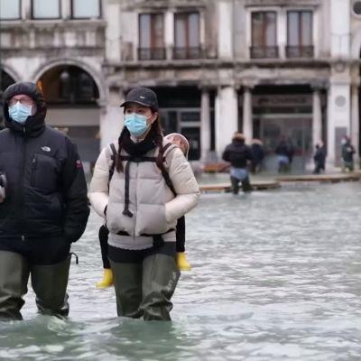 Uusi tulvasuoja petti: Venetsia peittyi taas veteen