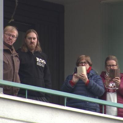 Espoon seurakunta vei Kauneimmat joululaulut taloyhtiöiden pihoihin