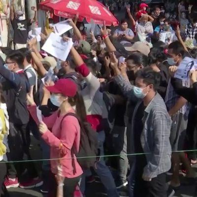Suurmielenosoitukset jatkuvat Myanmarissa viikko vallankaappauksen jälkeen