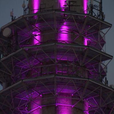 Pasilan linkkitorni valaistiin ystävänpäivänä vaaleanpunaiseksi