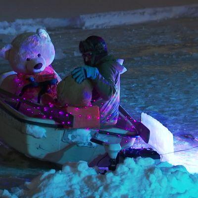 Samassa veneessä -valotaideteoksessa nallet juhlistavat ystävänpäivää soutaen ympyrää Kolera-altaassa