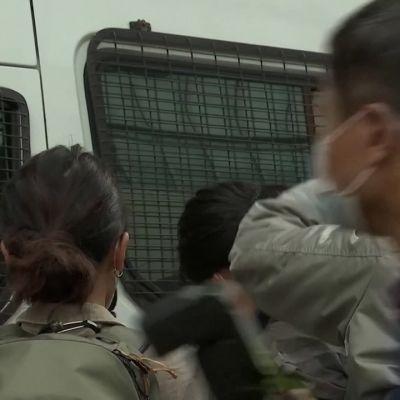 Kymmeniä demokratia-aktivisteja on tuotu oikeuden eteen Hongkongissa