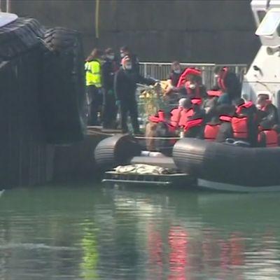 Rajavartioston vene kuljettaa Englannin kanaalista pelastettuja ihmisiä