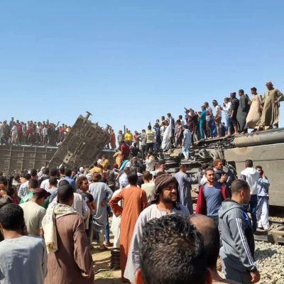Luxorin ja Aleksandrian välillä liikennöivä juna törmäsi Kairon ja Aswanin välillä kulkevaan junaan Tahtan piirikunnassa Sohagissa maan eteläosassa, vajaat 500 kilometriä etelään maan pääkaupungista Kairosta.