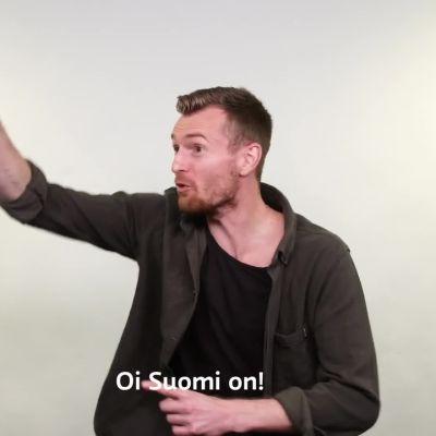 Lukas Hradecky näyttää mallia: Näin laulat Oi Suomi on ja kannustat Huuhkajia EM-kisoissa