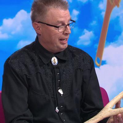 Huutokauppakeisarin apumies Markku kerää höyliä ja esittelee yhden erikoisimmista