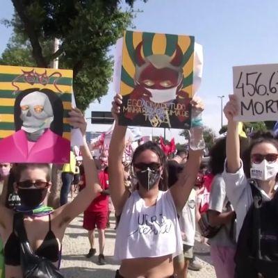 Suuret ihmisjoukot osoittivat lauantaina mieltään presidentti Bolsonaroa vastaan