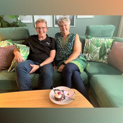 Två personer sitter i en soffa.