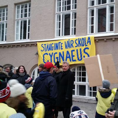 Folk demonstrerar utanför Cygnaeus skola i Helsingfors 3.3 2016.