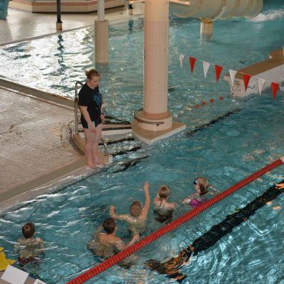 Lapsia uimassa Vesileppiksessä.