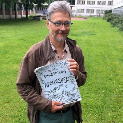 Kitaristi Raoul Björkenheimilla on edelleen jäljellä käsin kirjoitettu partituuri hänen Apocalypso-teoksestaan, joka kantaesitettiin Helsingin Juhlaviikoilla vuonna 1995.