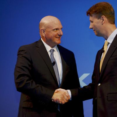 Microsoftin toimitusjohtaja Steve Ballmer kättelee Risto Siilasmaan kanssa 3. syyskuuta 2013 Espoon Dipolissa.
