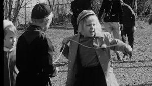 Lapset pihalla