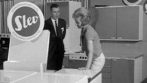 Mies ja nainen esittelevät astianpesukonetta Savon messuilla 1962
