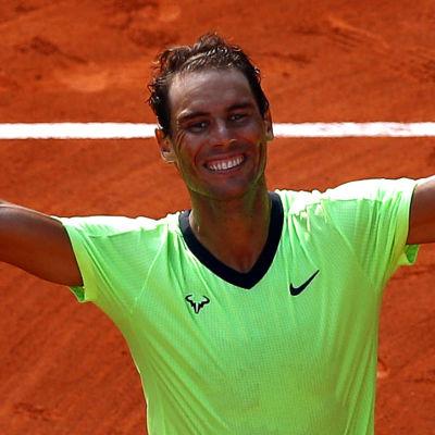 Rafael Nadal sträcker armarna i luften.
