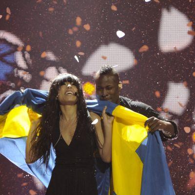 Loreen riemuitsee voittoaan Ruotsin lippu viittana.