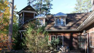 Tiina Linkaman majatalo Vösussa on ruskea kaksikerroksinen puutalo, jossa on torni