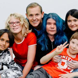 I gruppbild på barnen i UR:s serie Superungar.