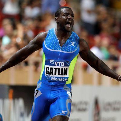 USA:n Justin Gatlin tuulettaa kilpailun voittoa.