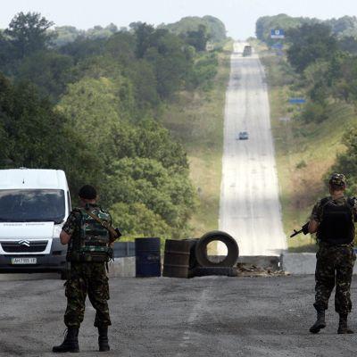 Ukrainalaissotilaat seisovat vartiopisteellä Itä-Ukrainan Debaltsevossa 6. elokuuta 2014.