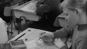 Oppilas piirustustunnilla