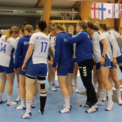Finlands spelare i damlandslaget i handboll samlade i en tät ring.