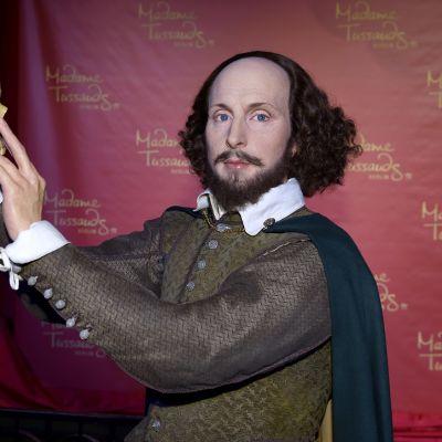 Shakespeare-vahanukke pitelee pääkalloa kohotetuissa käsissään.
