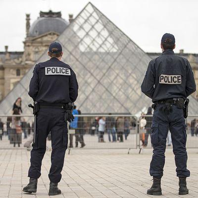 Kaksi poliisia museon pihalla