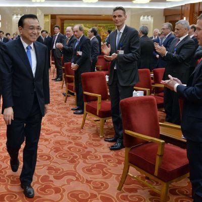 Kiinan pääministeri Li Keqiang saapumassa kokoukseen Pekingissä 21. maaliskuuta 2016. Facebook toimitusjohtaja Mark Zuckerberg oikealla.