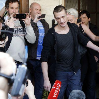 Performanssitaiteilija Pjotr Pavlenski poistumassa oikeustalolta Moskovassa