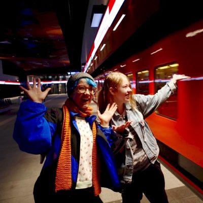 18-vuotiaat Kaneli Kalliokoski ja Helmi Leinonen tekivät aamuvarhaisella tarkkaa tutkimustyötä pysähtymällä jokaisella uudella metroasemalla. Aalto-yliopiston asema oli aamulla vielä hiljainen.