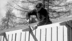 Mies tekee kattoa