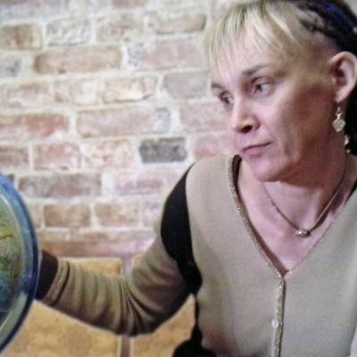 Terhi Heinäsmäki katsoo karttapalloa.